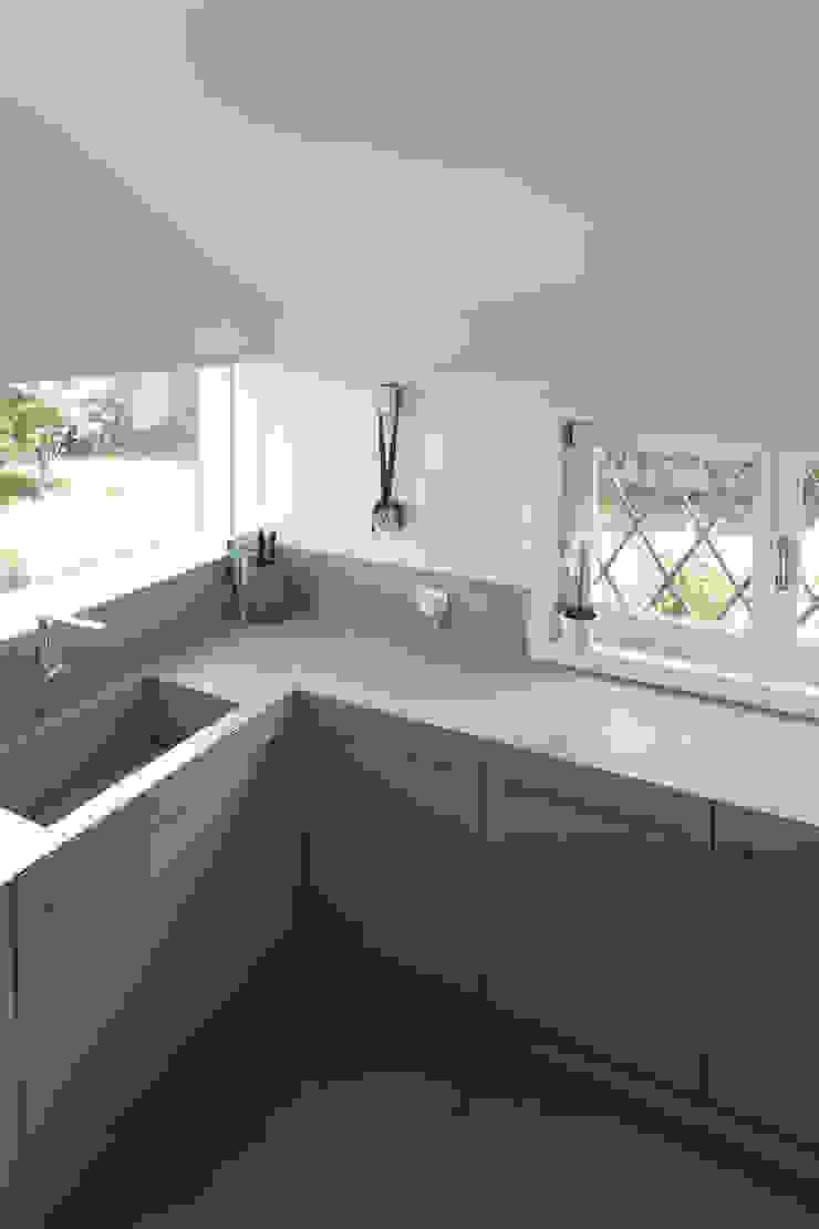 Minimalistische Küchen von EXiT architetti associati Minimalistisch