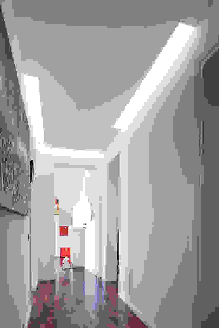 Minimalistischer Flur, Diele & Treppenhaus von EXiT architetti associati Minimalistisch