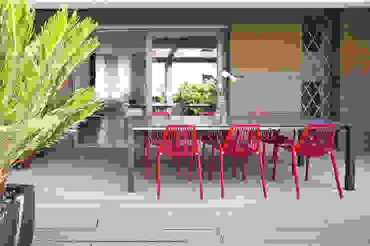 Minimalistyczny balkon, taras i weranda od EXiT architetti associati Minimalistyczny