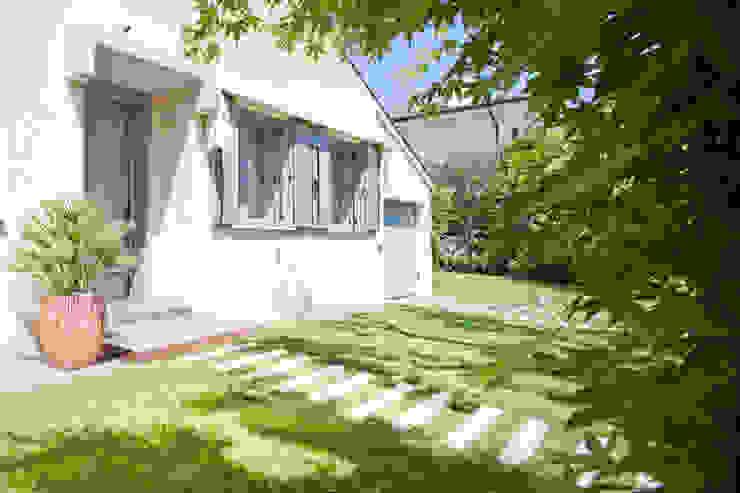 Jardines de estilo minimalista de EXiT architetti associati Minimalista