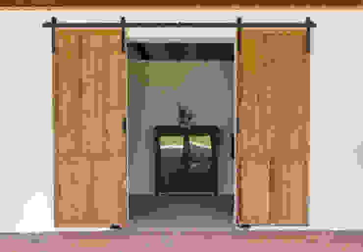 homify Rustikale Fenster & Türen