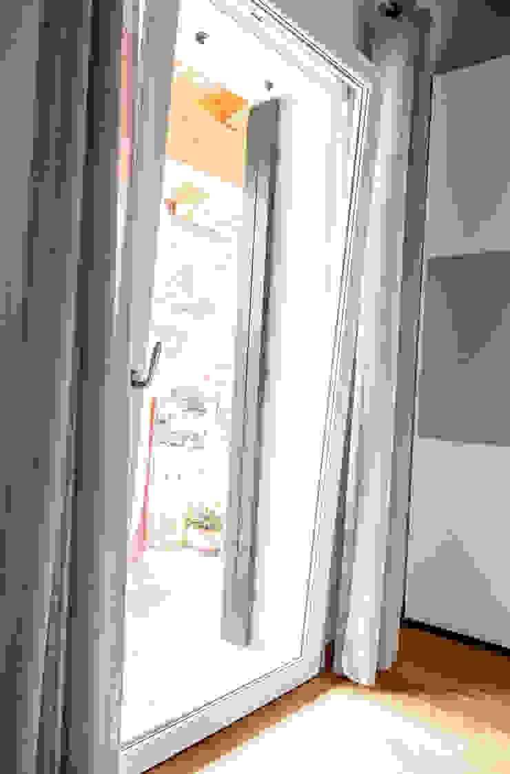 MORO SAS DI GIANNI MORO Puertas y ventanas de estilo clásico Compuestos de madera y plástico Blanco