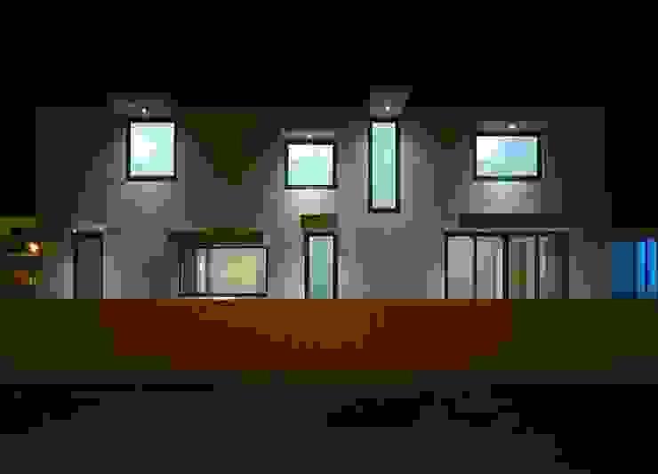 br_house Janelas e portas modernas por rui ventura   [v2a+e] Moderno