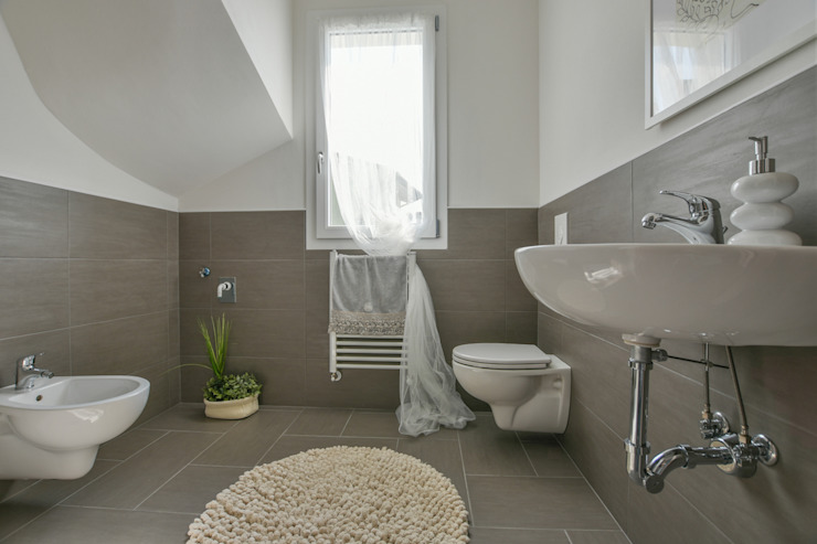 HOME STAGING Bagno moderno di Mirna Casadei Home Staging Moderno