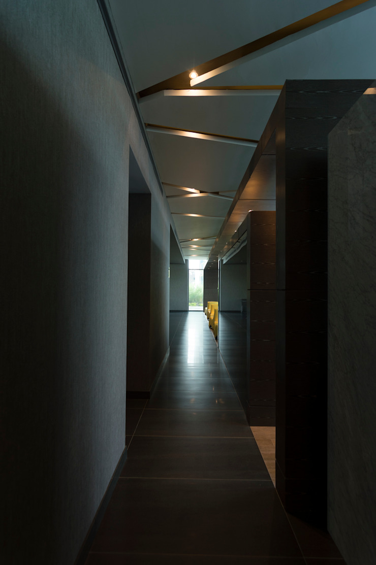 Modern Corridor, Hallway and Staircase by Línea Vertical Modern