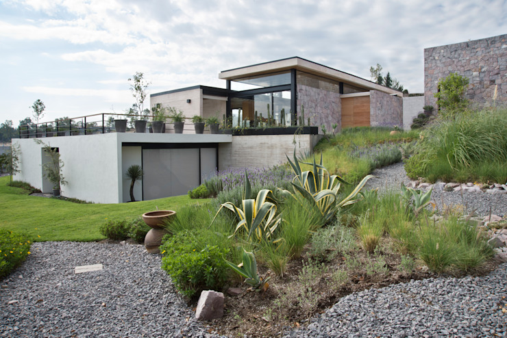 Modern garden by Estudio Manuel Peredo Modern