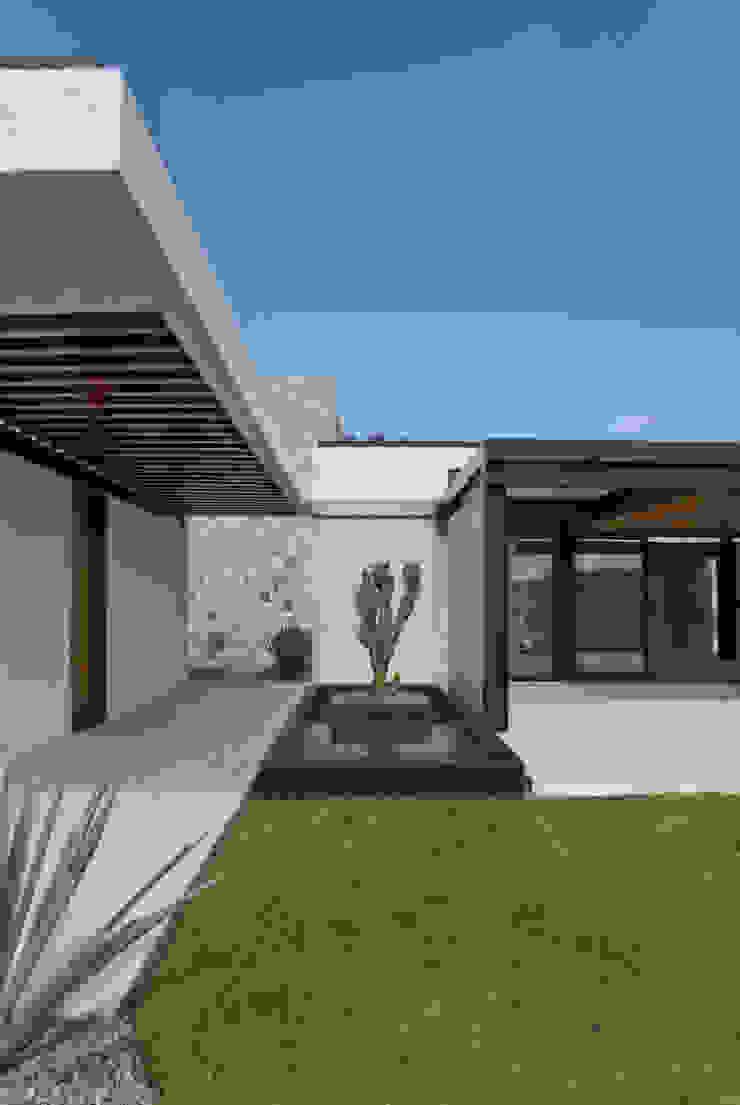 Modern corridor, hallway & stairs by Estudio Manuel Peredo Modern