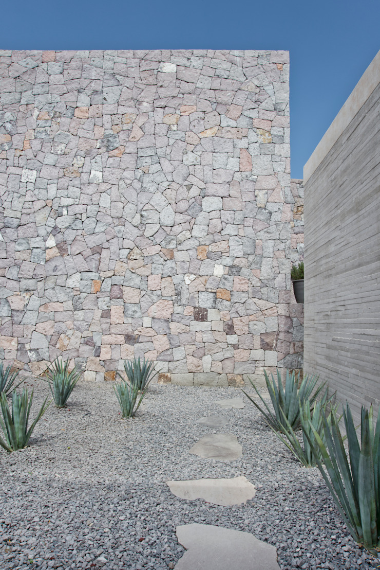 Modern walls & floors by Estudio Manuel Peredo Modern Stone