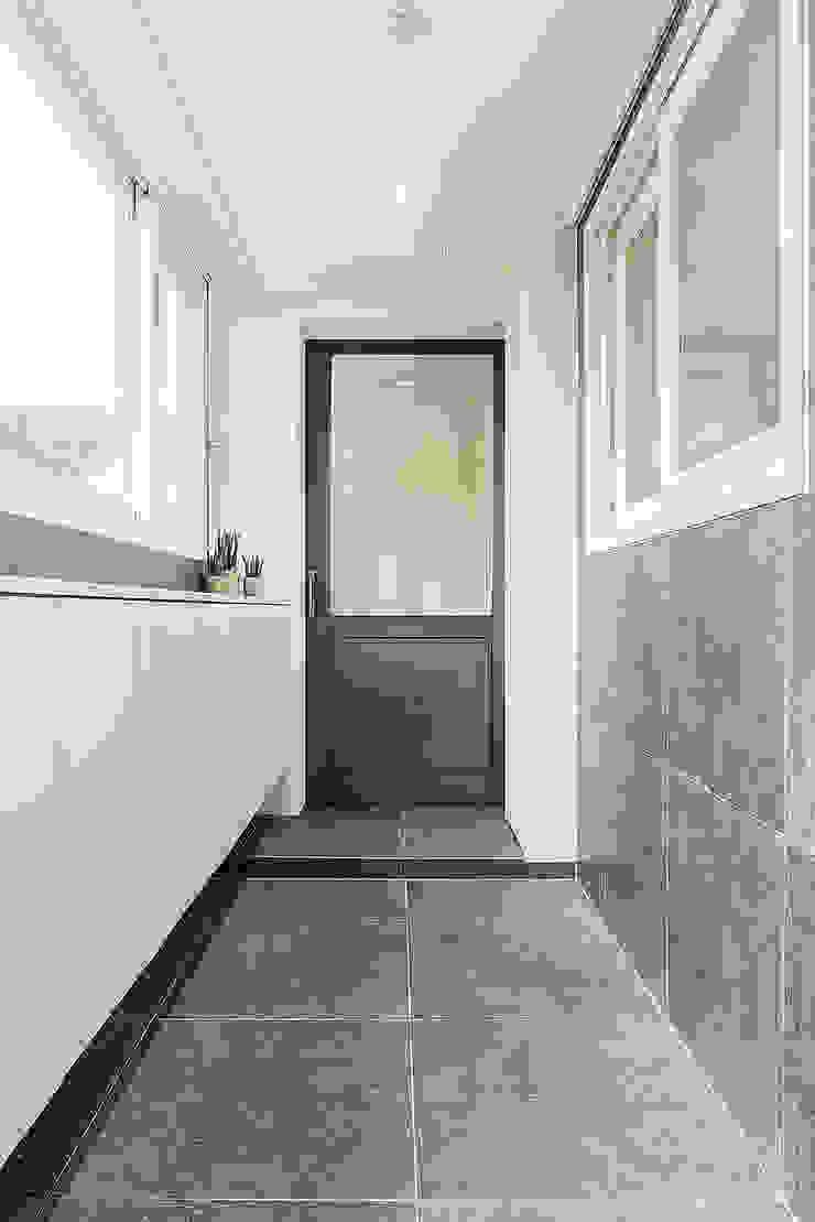 목동 1단지 아파트 인테리어_오래된 아파트의 색다른 변신 모던스타일 복도, 현관 & 계단 by Design A3 모던