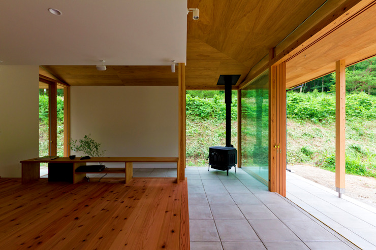 Salones escandinavos de エイチ・アンド一級建築士事務所 H& Architects & Associates Escandinavo Madera Acabado en madera