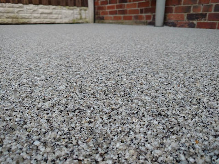 Close up of resin bound paving Permeable Paving Solutions UK Modern Garden Granite Grey