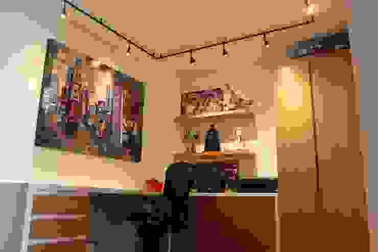 Estudios y despachos de estilo  por homify, Moderno Madera Acabado en madera