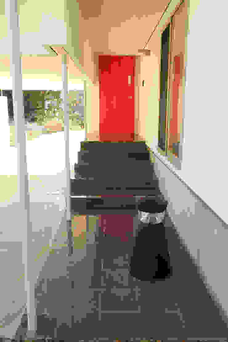 アトリエ・アースワーク Scandinavian style corridor, hallway& stairs