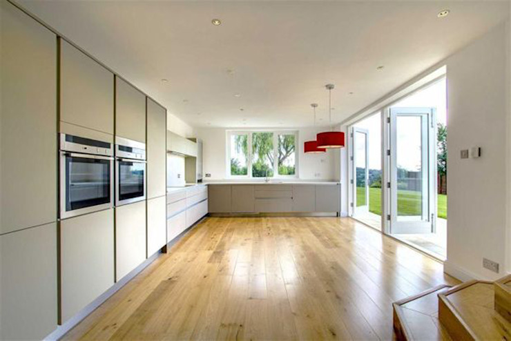 Open-plan Kitchen and Dining Room with French Doors من ArchitectureLIVE
