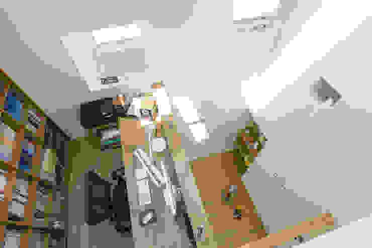 ロフトからみた書斎と居場所 北欧デザインの ワインセラー の SQOOL一級建築士事務所 北欧