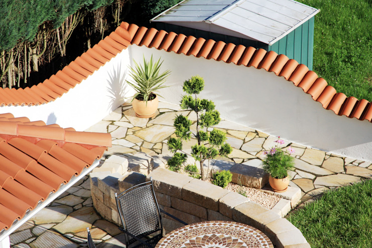 Geschwungene Mauer eines mediterranen Gartens:  Garten von Rimini Baustoffe GmbH,Mediterran
