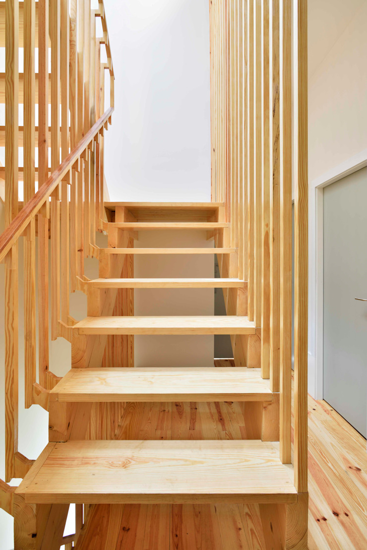 Casa na Avenida Fernão de Magalhães Corredores, halls e escadas modernos por Alessandro Pepe Arquitecto Moderno Madeira Acabamento em madeira