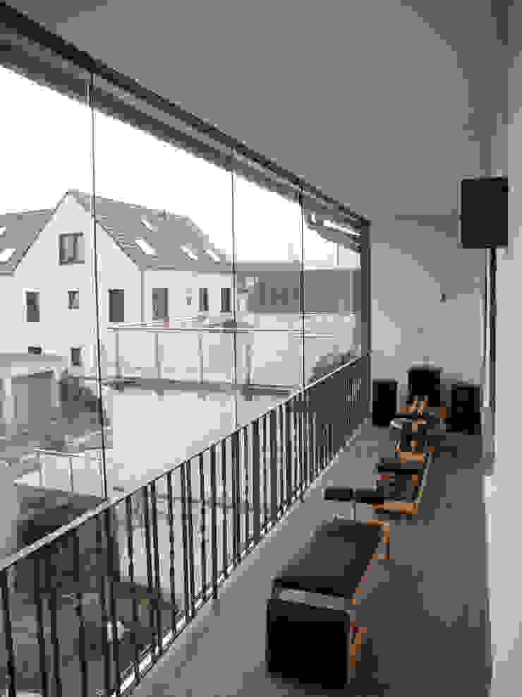 Modern balcony, veranda & terrace by SIMONE JÜSCHKE INNEN|ARCHITEKTUR Modern