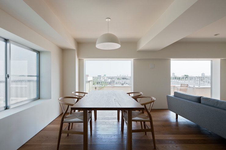 Minimalist dining room by 本城洋一建築設計事務所 Minimalist Solid Wood Multicolored