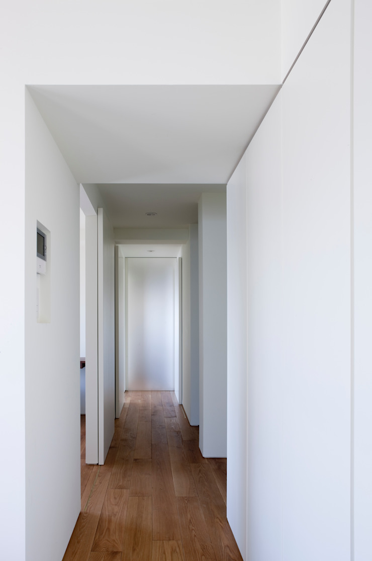 本城洋一建築設計事務所 Minimalist corridor, hallway & stairs Glass White