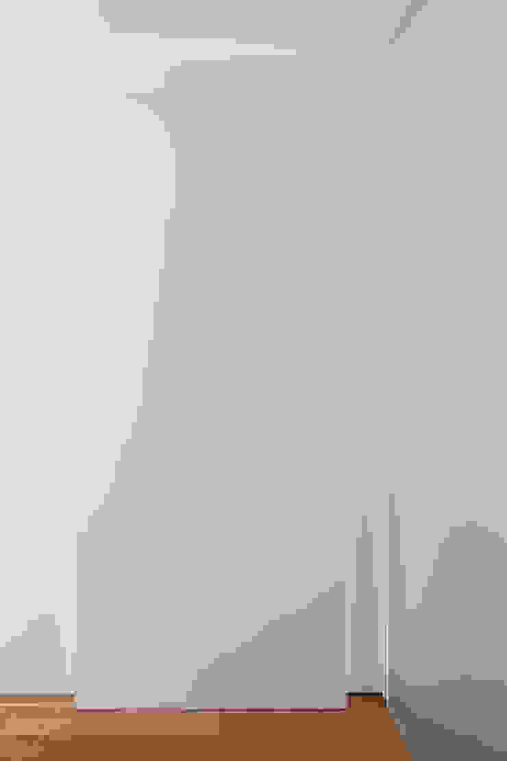 本城洋一建築設計事務所 Minimalist corridor, hallway & stairs Wood White