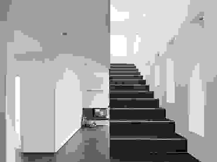 Philip Kistner Fotografie Modern corridor, hallway & stairs Grey