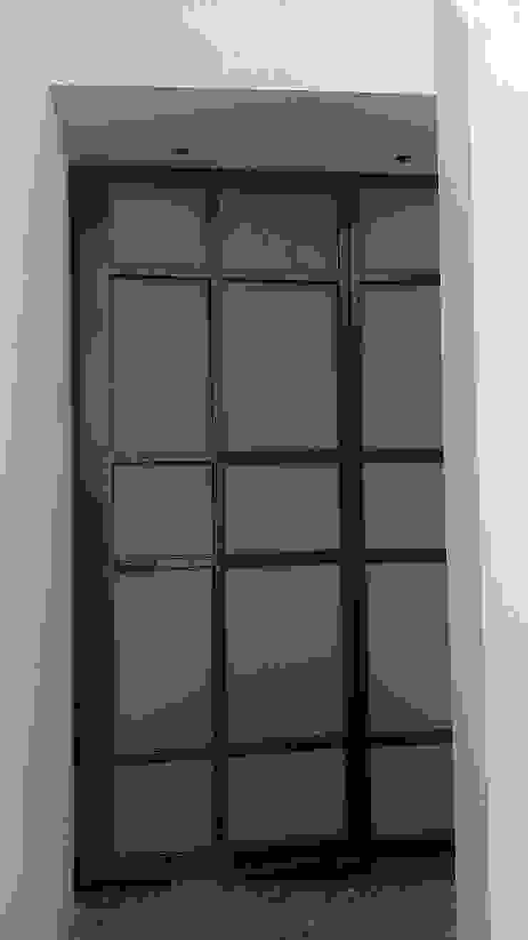 PUERTAS Balcones y terrazas modernos de GNG ARQUITECTURA Y DISEÑO Moderno Hierro/Acero