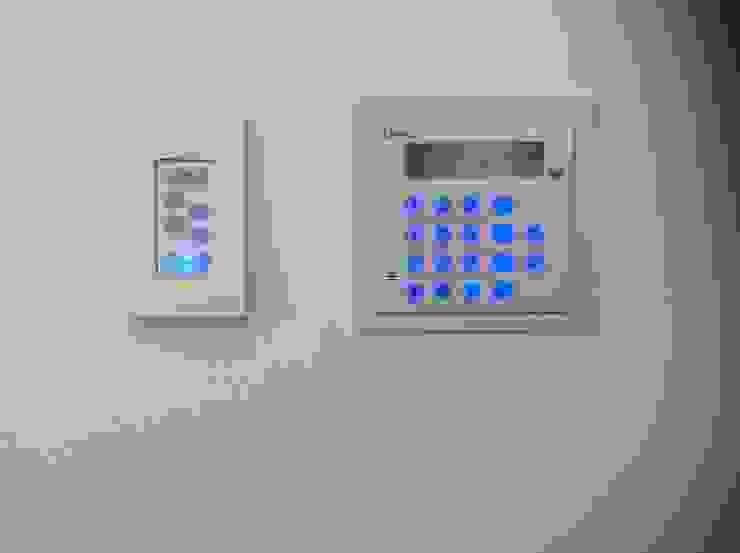 Residencia CB675 Pasillos, vestíbulos y escaleras modernos de Domótica y Automatización Integral Moderno