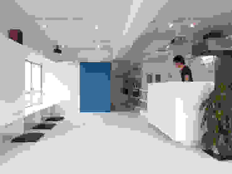 株式会社ブルースタジオ Salas de estilo moderno