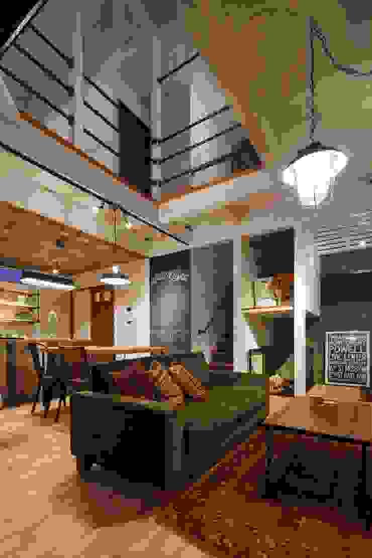 Phòng khách phong cách công nghiệp bởi dwarf Công nghiệp