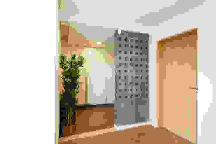 Pasillos, vestíbulos y escaleras de estilo minimalista de 스튜디오메조 건축사사무소 Minimalista