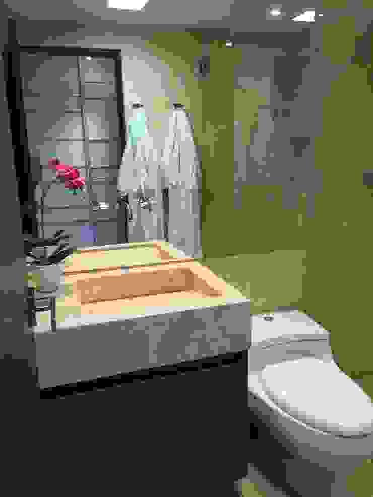 Modern bathroom by Monica Saravia Modern Marble