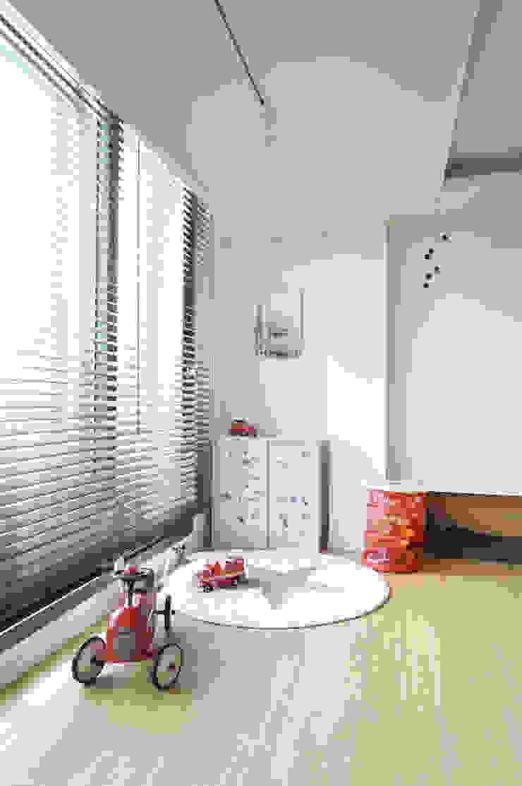 Modern corridor, hallway & stairs by 드리머 Modern