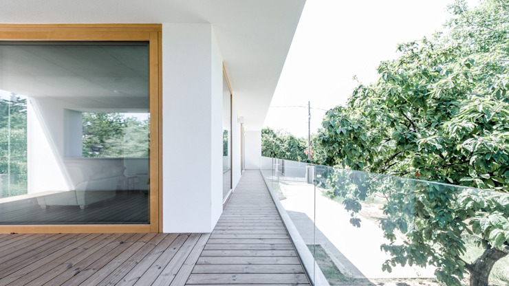 The Black & White House Minimalistyczny balkon, taras i weranda od Földes Architects Minimalistyczny