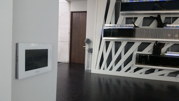 Villa TM Balcones y terrazas modernos de Domótica y Automatización Integral Moderno