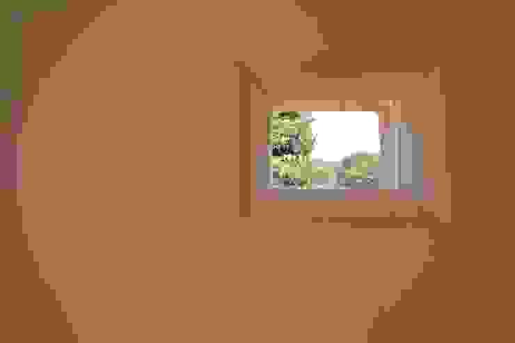 House in Uenokurumazaka オリジナルな 窓&ドア の Mimasis Design/ミメイシス デザイン オリジナル 木 木目調