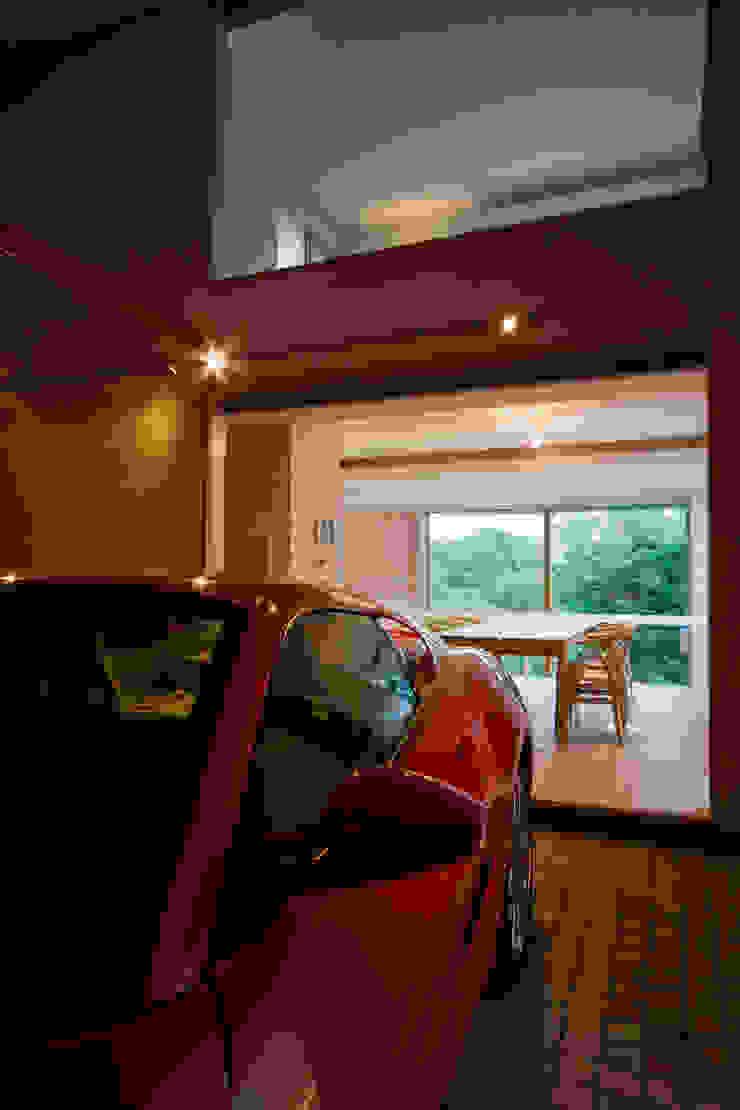 愛車と暮らす家(フェラーリ) モダンデザインの ガレージ・物置 の Kenji Yanagawa Architect and Associates モダン 木 木目調