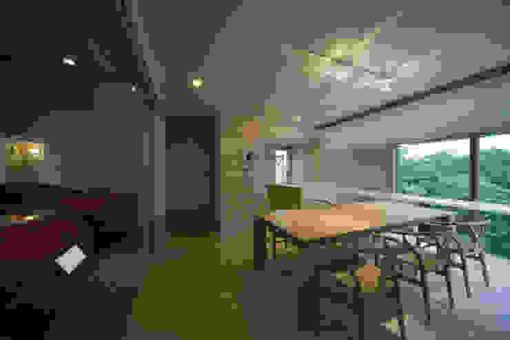 Modern dining room by Kenji Yanagawa Architect and Associates Modern Wood Wood effect