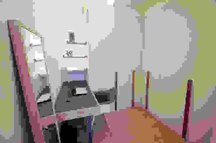 Austville Residence Scandinavian style dressing room by Eightytwo Pte Ltd Scandinavian Wood Wood effect