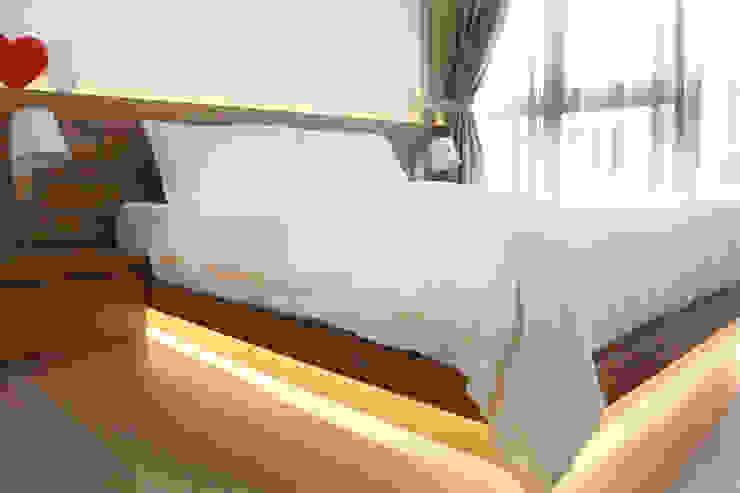 Austville Residence Scandinavian style bedroom by Eightytwo Pte Ltd Scandinavian Wood Wood effect