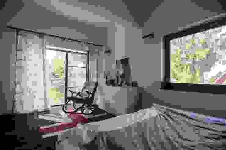 Реконструкция Дачного дома в Пушкино, МО. baboshin.com Dormitorios de estilo minimalista