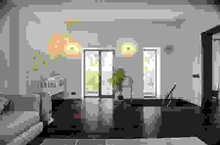 Summer house reconstruction. Pushkino. Гостиная в стиле минимализм от baboshin.com Минимализм