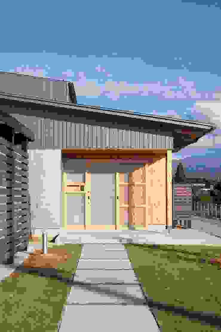 Casas de estilo ecléctico de 荒井好一郎建築設計室 Ecléctico