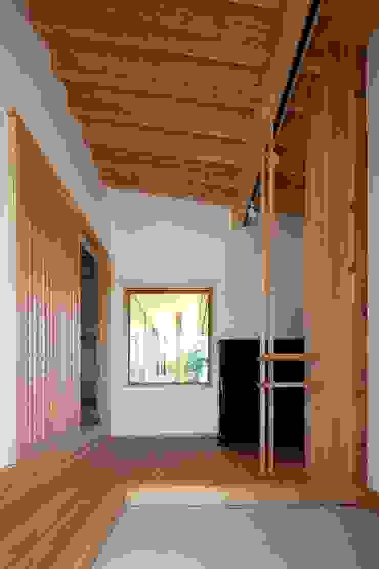 Pasillos, vestíbulos y escaleras de estilo ecléctico de 荒井好一郎建築設計室 Ecléctico