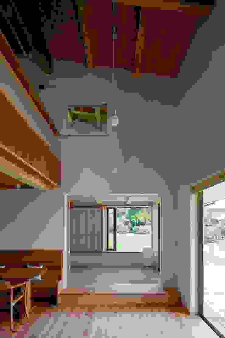 Livings de estilo ecléctico de 荒井好一郎建築設計室 Ecléctico