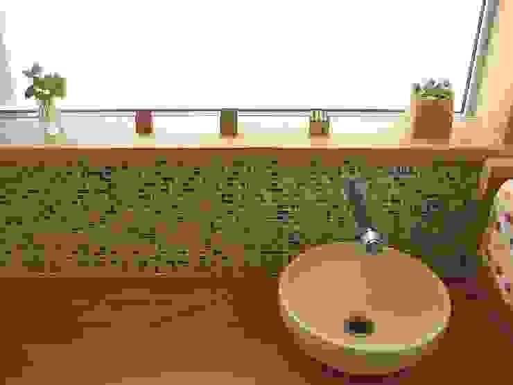 Baños de estilo ecléctico de 荒井好一郎建築設計室 Ecléctico