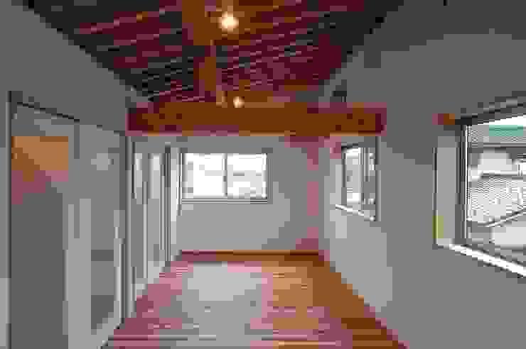 Dormitorios infantiles de estilo ecléctico de 荒井好一郎建築設計室 Ecléctico