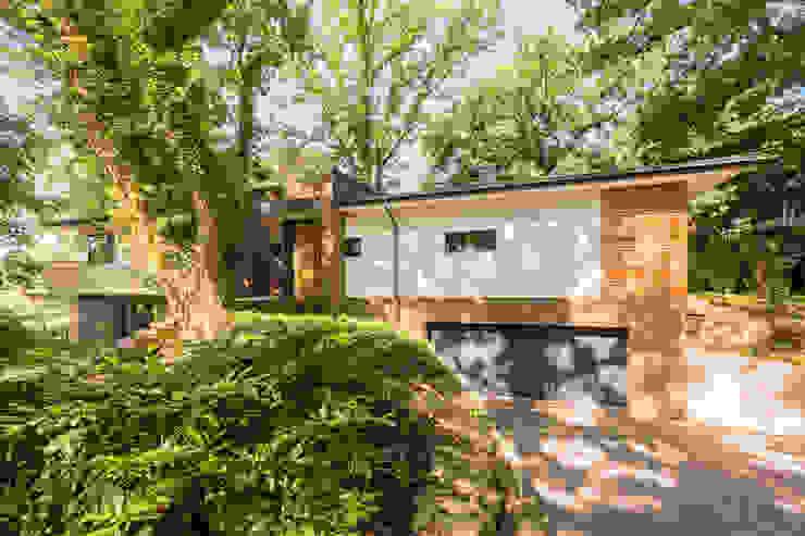 Nowoczesny garaż od Hellmers P2 | Architektur & Projekte Nowoczesny Drewno O efekcie drewna