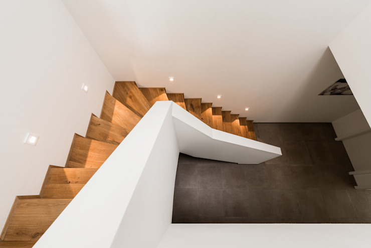 Nowoczesny korytarz, przedpokój i schody od Hellmers P2 | Architektur & Projekte Nowoczesny Drewno O efekcie drewna