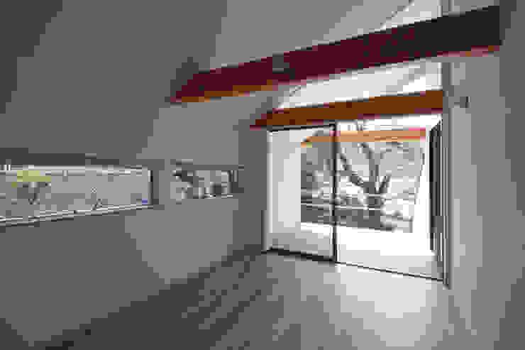 しだれ桜と暮らす家 モダンデザインの リビング の 設計事務所アーキプレイス モダン